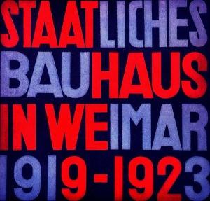 Herbert Bayer - Portada del catálogo de la exposición sobre la Bauhaus en Weimar (1923) Bajo la dirección de Laszlo Moholy Nagy. La imagen muestra la portada del catálogo de la exposición. Tiene formato cuadrado y toda la superficie está cubierta con las siguientes palabras: STAATLICHES BAUHAUS IN WEIMAR 1919-1923. El fondo de la posrtada es azul oscuro y las palabras se disponen sobre ese fondo escritas en dos colores: rojo y azul claro. Pulse para ampliar.