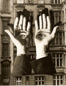 Herbert Bayer - La soledad del ciudadano. Fotomontaje (1932) La imagen muestra al fondo la fachada de una edificio de varios pisos en una ciudad. Sobre ese fondo aparecen dos manos masculinas de gran tamaño con las palmas vueltas hacia el espectador. En cada palma aparece un ojo. Pulse para ampliar.