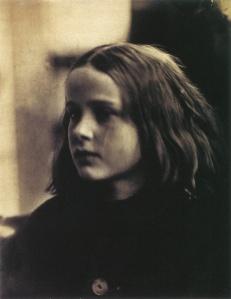 """Julia Margaret Cameron - """"Annie, mi primer éxito"""" Fotografía (1864) La fotografía muestra un primer plano de una niña, con el rostro ligeramente vuelto, expresión seria y con el cabello claro suelto sobre los hombros. Pulse para ampliar."""