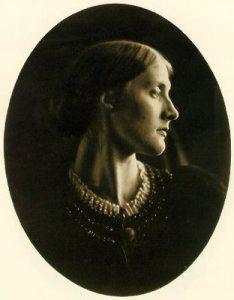 Julia Margaret Cameron - Retrato de Julia Duckworth (1867) La fotografía muestra un primer plano de una mujer joven. con el rostro girado hacia la derecha de modo que nos presenta su perfil, y con el cabello recogido en la nuca. Pulse para ampliar.