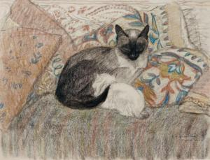 Teophile Alexander Steinlen - Mere Chatte (1913). Dibujo a lápiz de colores que muestra a una gata siamesa tumbada sobre una cama cubierta con una colcha colorida, amamantando a un gatito blanco. Pulse para ampliar.