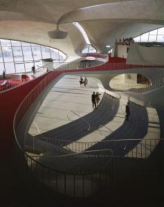 Eero Saarinen - Interior de la terminal de TWA en el Aeropuerto Internacional John Fitzgerald Kennedy (Nueva York)