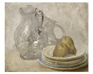 William Nicholson - Jarra de cristal y peras sobre platos (1938) La imagen muestra un cuadro al óleo en el que aparece una jarra de cristal en segundo plano y, un poco más adelantada, una pila de cinco platos de postre sobre los que se disponen dos peras.