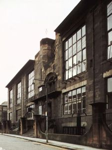 Charles Rennie Mackintosh - Fachada de la Escuela de Artes y Oficios de Glasgow (1896) - La imagen muestra el exterior del edificio que se caracteriza por poseer grandes ventanales y por estar diseñado principalmente con líneas rectas, dándole un aspecto muy austero. Pulse para ampliar.