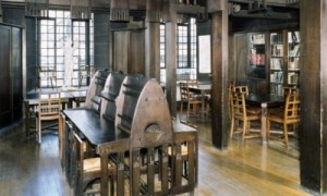 Charles Rennie Mackintosh - Interior de la Escuela de Artes y Oficios de Glasgow: Biblioteca (1896) - La imagen muestra parte de las estancias de la biblioteca de la Escuela de Arte de Glasgow. En primer término aparece una mesa de lectura realizada en madera con paneles de separación entre los puestos cuyo diseño es también de Mackintosh. Pulse para ampliar.