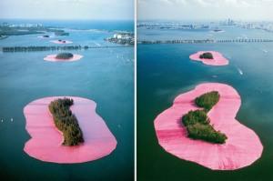 Christo Javacheff -  Islas rodeadas (Florida, 1983) - La imagen muestra una sucesión de islas situadas en medio de una bahía al fondo de la cual se aprecia la silueta de grandes edificios, que aparecen rodeadas de una franja hecha con tela de color fucsia vivo. de este modo, el color verde de la vegetación de las islas aparece resaltado por el marco de tela. Pulse para ampliar.