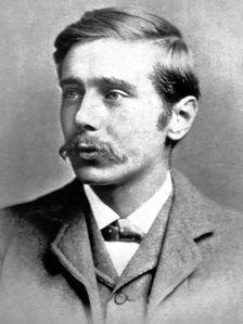 Herbert George Wells (c.1890) - La imagen muestra un retrato fotográfico del escritor inglés en la veintena. aparece en primero plano, con el rostro girado hacia la izquierda. va vestido con terno y luce un gran bigote. Pulse para ampliar.