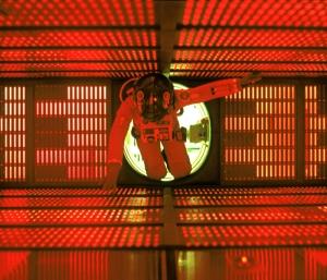 """Fotograma de la película """"2001.Una odisea en el espacio"""" (Stanley Kubrick, 1968) - La imagen muestra la escena en la que el astronauta Dave Bowman se introduce en el núcleo del ordenador HAL 9000 para desconectarlo. Se ve al astronauta flotando en medio de un cubo iluminado con cientos de luces rojas. Pulse para ampliar."""