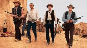 """Fotograma de """"Grupo salvaje"""" (Sam Peckimpah, 1969) - Imagen muestra a un sheriff y cuatro hombres más avanzando alineados con las armas dispuestas para disparar. Pulse para ampliar."""