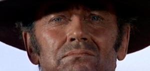 """Sergio Leone utilizó como nadie el gran primer plano: fotograma de """"Hasta que llegó su hora"""" (1968) - La imagen muestra un gran primer plano (es decir, cortado a la altura de la frente y la barbilla, de modo que el rostro ocupa toda la pantalla) de Henry Fonda en esa película. Pulse para ampliar."""