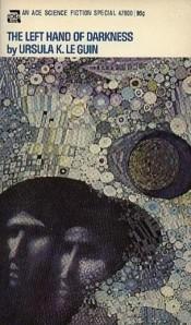 """Cubierta de la primera edición de """"La mano izquierda de la oscuridad"""" de Ursula K. LeGuin (1974) - La imagen muestra la portada del libro con el título en la parte superior y una ilustración en la que sobre un fondo decorativo de circulos aparecen dos rostros, similares a los de los iconos bizantinos, muy juntos, tanto que parecen pegados y uno solo. Pulse para ampliar."""