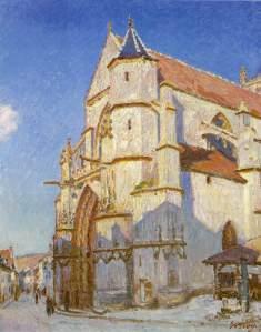 Alfred Sisley - La iglesia de Moret (1894) - La imagen muestra la vista desde un ángulo de una iglesia gótica, con una torre en el lado derecho, tejados rojos, iluminada por el sol en la parte superior mientras que en la inferior se ve la sombra azulada que proyectan los edificios de enfrente (fuera del encuadre). La iglesia está vista desde abajo, en contrapicado y se recorta sobre un cielo azul brillante. Pulse para ampliar.