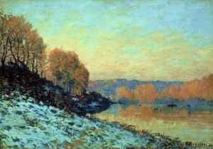 """Alfred Sisley - """"El Sena en Bougival en invierno """" (1872) - La imagen muestra un paisaje en el que en primer plano aparece un montículo nevado. A la derecha, el río en tonos amarillos y rojizos y los árboles en ambas márgenes desprovistos de hojas y en tonos castaños y rojos también. El cielo está parcialmente cubierto de nubes y alterna tonos azules y amarillentos. Pulse para ampliar."""