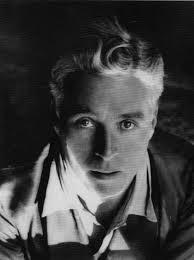 Lee Miller - Retrato de Charles Chaplin (1931) - La imagen muestra un primer plano del actor y director de cine Charles Chaplin tomada en ligero picado (desde arriba). El rostro está casi en sombra, pero aún así se aprecia el pelo cano, los ojos muy claros y de mirada intensa y parte de la ropa: una camisa sin corbata y una chaqueta.Pulse para ampliar.