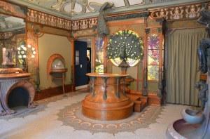 A. M. Mucha - Interior de la boutique Fouquet (1900) - La imagen muestra el interior de la joyería Fouquet en Paris, con los muebles y la decoracion diseñada por Mucha: maderas oscuras de formas curvilineas combinadas con elementos metálicos de bronce dorado y vidrieras decoradas con elementos florales. Pulse para ampliar.