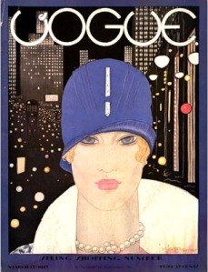 Portada de la revista Vogue del 15 de marzo de 1927. Ilustración con el rostro de Lee Miller. - La imagen muestra una ilustración a color de un primer plano de una joven rubia con un sombrero azul eléctrico en forma de casquete. Tiene el rostro ovalado y los aojos muy grandes y azules, que trasmiten una mirada pensativa. Alrededor de su cuello se aprecia parte de un cuello de piel blanca que forma parte de un abrigo. Pulse para ampliar.