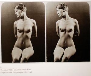 Theodore Miller - Desnudo (modelo: Elisabeth Miller) -1928. La imagen muestra un marco con dos fotografías idénticas. En cada una de ellas aparece una joven de pelo corto y rubio, sentada en una silla con las manos cruzadas detrás de su cuerpo. Está completamente desnuda y la posición de sus brazos realza la caja torácica y sus pechos, pequeños y redondos. La joven mira hacia la izquierda inclinando ligeramente el rostro hacia abajo. Pulse para ampliar.