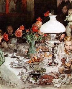 """Carl Larsson - """"Alrededor de la lámpara"""" (1900) - la imagen muestra en primer plano una mesa cubierta con mantel y servilletas sobre la que se disponen varios platos llenos a rebosar de bizcochos, patatas, una pierna de cordero y un tarro de salsa de arándanos. En medio, un quinqué encendido alumbra la mayor parte de los manjares. detrás de él se ve el rostro de una niña pequeña que mira con ojos muy abiertos y seria la mesa. Detrás de la lámpara y casi en penumbra, se distingue un jarrón lleno de flores rojas y tras de él, otro niño. Pulse para ampliar."""