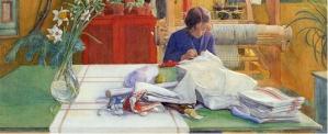 """Carl Larsson - """"Karin en el taller de costura"""" (c.1894) - la imagen muestra a Karin sentada tras una mesa de color verde sobre la que están extendidos una serie de paños de tela blanca. Ella está concentrada cosiendo. Detrás se aprecia parte de un telar.Pulse para ampliar."""