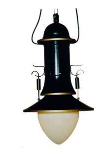 Peter Behrens - Lampara para AEG (c.1909) - la imagen muestra una lámpara para una sola bombilla realizada en metal negro con detalles en dorado. Tiene forma de alargada, como si fuera una flor tipo campanilla. En la parte inferior se aprecia la forma oval de una bombilla encasquetada en ella. Pulse para ampliar.