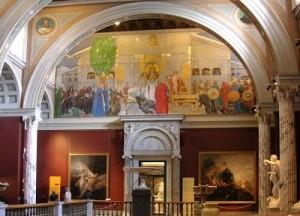 """""""El sacrificio de invierno"""" en el muro de la escalinata central del Museo Nacional de Estocolmo. La imagen es una fotografía de la escalera central del museo donde está situado ahora la pintura que Carl Larsson había destinado para ese lugar. Pulse para ampliar."""