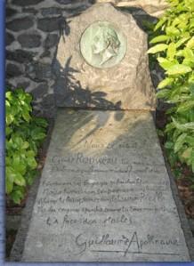 Tumba de Henri Rousseau con el epitafio escrito por Apollinaire. - La imagen muestra una fotografía de la lápida con el texto anterior grabado sobre ella y una piedra vertical en donde está esculpido en bajorrelieve el retrato de perfil del pintor. Pulse para ampliar.