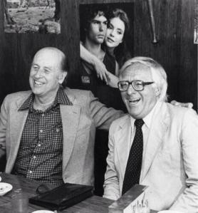 Ray Harryhausen y Ray Bradbury a principios de los años 80 - La imagen muestra una fotografía en blanco y negro donde aparecen el cineasta y el escritor ya sexagenarios. Están sentados uno al lado del otro, sonrientes. Harryhausen es más delgado, calvo con algo de cabello oscuro en las sienes. Está sonriendo y pasanun brazo sobre el hombro de su amigo Bradbury, más robusto, con el pelo completamente cano, que lleva unas gafas gruesas de montura negra y que se ríe abiertamente. Pulse para ampliar.
