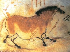 La imagen muestra un caballo de color ocre con las patas delanteras ligeramente adelantadas y las traseras separadas como si estuviera galopando. Sobre él aparecen unos dibujos que pueden ser plumas o flechas. Pulse para ampliar.
