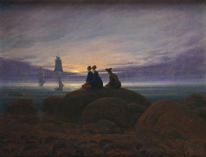 La imagen muestra un paisaje de costa marina al anochecer. Casi todo está en penumbra. Apenas se distinguen las rocas que están en primer término. Sobre ellas están sentados, de espaldas, dos mujeres y un hombre que miran hacia la luna que está saliendo sobre el horizonte. La luz de la luna hace que las nubes que la rodean se iluminen y también que se aprecien algunos veleros que navegan cerca de la costa. Pulse para ampliar.