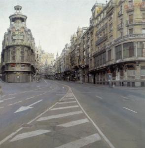 La imagen muestra una vista de la Gran Vía de Madrid desde un punto de vista bajo., en medio de la calle. No circulan coches y los edificios están iluminados por una luz fría, como del amanecer. Todos los elementos están representados con minuciosidad, de modo que más que una pintura parece una fotografía. Pulse para ampliar.
