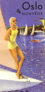 la imagen muestra un cartel realizado con ilustración, en formato rectangular vertical, que muestra en primer plano la proa de una embarcación de vela sobre la que aparece de pie y apoyada en el extremo de la vela, una muchacha rubia que lleva un bañador amarillo. Al fondo pueden verse más embarcaciones y parte de la costa. Toda la escena está iluminada con una luz cálida y dorada. Pulse para ampliar.