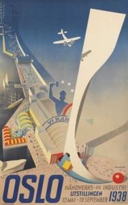 La imagen muestra un cartel realizado con ilustración de una vista aérea del recinto ferial de Oslo, situado en el puerto. Está visto como si el espectador estuviera sobrevolando la ciudad y, de hecho, aparece un avión de pequeño tamaño como si estuviera volando a menor altura que la que tiene el espectador. El fondo del cartel es azul luminoso y algunos de los edificios que aparecen a vista de pájaro resaltan por tener toldos o paredes pintados con colores muy alegres. En la parte inferios del cartel aparece la palabra OSLO a gran tamaño y a su lado la información sobre el lugar y las fechas de celebración de la feria. Pulse para ampliar.