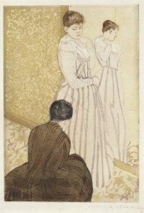 La imagen muestra un grabado en el que aparece una mujer de pie ente un espejo vertical con un vestido de color claro. Delante de ella y agachada hay otra mujer (de espaldas a nosotros) que le está recogiendo los bajos del vestido (como se puede apreciar en el reflejo de sus manos en el espejo). Pulse para ampliar.