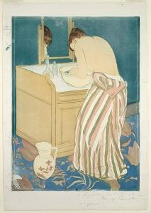 La imagen muestra un grabado donde una mujer de pie y de espaldas a nosotros, con el vestido desabrochado y bajado hasta la cintura, se está lavando la cara en una jofaina situada sobre un mueble lavabo de madera. la habitación está decorada en tonos azulados que contrastan con la piel blanca de la mujer. Pulse para ampliar.
