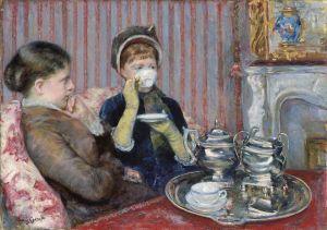 La imagen muestra un cuadro en el que aparecen dos mujeres sentadas en un sofá de un salón decorado en tonos rojos. Ante ellas hay una mesa, de color rojo también, sobre la que hay una bandeja con tazas y una tetera. Una de ellas mira ensimismada hacia el lado izquierdo mientras la otra bebe de su taza de te, que le tapa la cara. Pulse para ampliar.