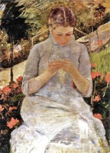 La imagen muestra un cuadro en el que se ve a una mujer joven, vestida de blanco, sentada en una silla en un jardín. Está a la sombra y con ambas manos sostiene una pequeña labor de costura que mira con atención. Pulse para ampliar.
