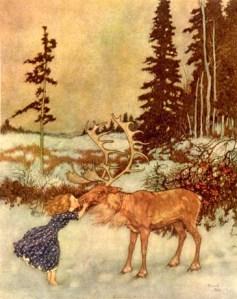 La imagen muestra, en medio de un paisaje completamente cubierto de nieve del que sólo sobresalen algunos árboles, a una niña descalza que besa en la boca y acaricia la cara a un reno que está llorando. Pulse para ampliar.
