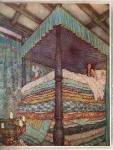 La imagen muestra el interior de un lujoso dormitorio, decorado con un tapiz sobre la pared y con una lámpara de metal con velas. La mayor parte de la ilustración la ocupa una enorme cama con dosel, vista desde abajo, sobre la que se acumulan un montón de colchones forrados de telas de muchos  colores. En lo alto de la pila de colchones, una muchacha con gesto de cansancio hace además de incorporarse en la cama. Pulse para ampliar.