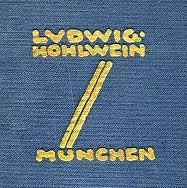 """La imagen muestra la firma que el diseñador ponía en sus ilustraciones y carteles. Dentro de un cuadrado sitúa en la parte superior su nombre (LUDWIG HOHLWEIN) en mayúsculas. En la parte inferior del cuadrado aparece el nombre de su ciudad (MÜNCHEN). De la """"u"""" de München parten dos líneas paralelas diagonales que se unen a la """"e"""" de Hohlwein.  Pulse para ampliar."""