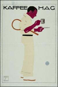 La imagen muestra un cartel con el fondo blanco sobre el que se aprecia la figura de un hombre vestido totalmente de blanco, con pantalones largos y camisa de manga larga remangada hasta el codo. Está de perfil, mirando hacia la derecha y sostiene una raqueta bajo su brazo derecho una raqueta de tenis mientras toma una taza de café. Pulse para ampliar.