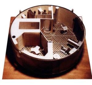 La imagen muestra una maqueta de forma circular en la que se ve la compartimentación de las diferentes estancias del laboratorio espacial. Sólo hay un espacio cerrado (el baño). El resto está abierto y en él no figura ningún tipo de asiento, sólo mesas y compartimentos adosados a las paredes, pensado para trabajar en gravedad cero. Pulse para ampliar.