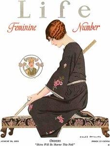 En la imagen puede verse una ilustración de una mujer de perfil sentada de rodillas en un banco bajo. Va vestida con un quimono negro con flores rosas bordadas. Mira hacia la izquierda y en su mano izquierda sostiene una tijeras cuyas puntas miran hacia abajo. En la derecha (que no vemos) sostiene un metro de madera rígida, como los que utilizaban los sastres. Las tijeras y el metro forman una línea diagonal perfecta y a primer golpe de vista parece que la mujer sostiene un bastón o una katana japonesa. El gesto de concentración, mirando hacia abajo muy seria, la hacen parecer una costurera samurai. Pulse para ampliar.
