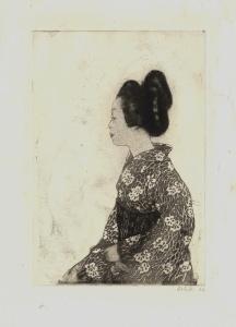 La imagen muestra un grabado en blanco y negro. En e´l aparece en plano medio una muchacha japonesa, sentada de lado mirando hacia la izquierda. Lleva el pelo recogido en un peinado muy elaborado, como el que llevan las geishas y viste un quimono oscuro adornado con peonas blancas ceñido por un ancho fajín negro. Pulse para ampliar.