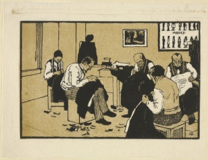 La imagen muestra un grabado a tres colores: negro, ocre y blanco. Representa el interior de un taller de sastrería donde trabajan cinco hombres. Todos ellos están sentados en sillas y tienen las piernas cruzadas. Sobre las rodillas, telas que cosen encorvados sin levantar la mirada. El suelo está lleno de pequeños retales de tela e hilos cortados. En la pared del fondo se puede ver parte de un cartel con diversos modelos de trajes masculinos. Pulse para ampliar.