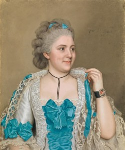 La imagen muestra el retrato de una mujer joven elegantemente vestida con un traje de color gris perla y adornado con multitud de lazos azules. También lleva lazos azules en el complicado peinado que luce. Es una joven regordeta, que mira hacia la izquierda sonriendo con picardía, lo que provoca que aparezcan unos hoyuelos en sus mejillas. Pulse para ampliar.