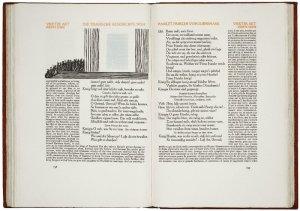 La imagen muestra un libro abierto. En la página izquierda, en la parte superior, hay una ilustración que ocupa el tercio superior. Debajo aparece el texto. que está dividido en dos cuerpos: un rectángulo central, justo debajo de la ilustración, que se corresponde con el texto original inglés y un campo de texto más estrecho, en el lado izquierdo e inferior que se corresponde con la traducción. En la página de la derecha se repite el mismo esquema en cuanto al texto (no hay ilustración): la parte central, un rectángulo con el texto en inglés y en la parte derecha e inferior, la traducción. Pulse para ampliar.