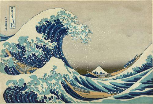 La imagen muestra una escena marinera: una gran ola se levanta a la izquierda del encuadre haciendo casi volcar a una barca de pescadores que se aferran a la borda. Otras dos barquichuelas pueden verse a la derecha. Y al fondo, con la cima blanca como si de una ola cubierta de espuma se tratara, aparece el monte Fuji con su cima nevada. Pulse para ampliar.