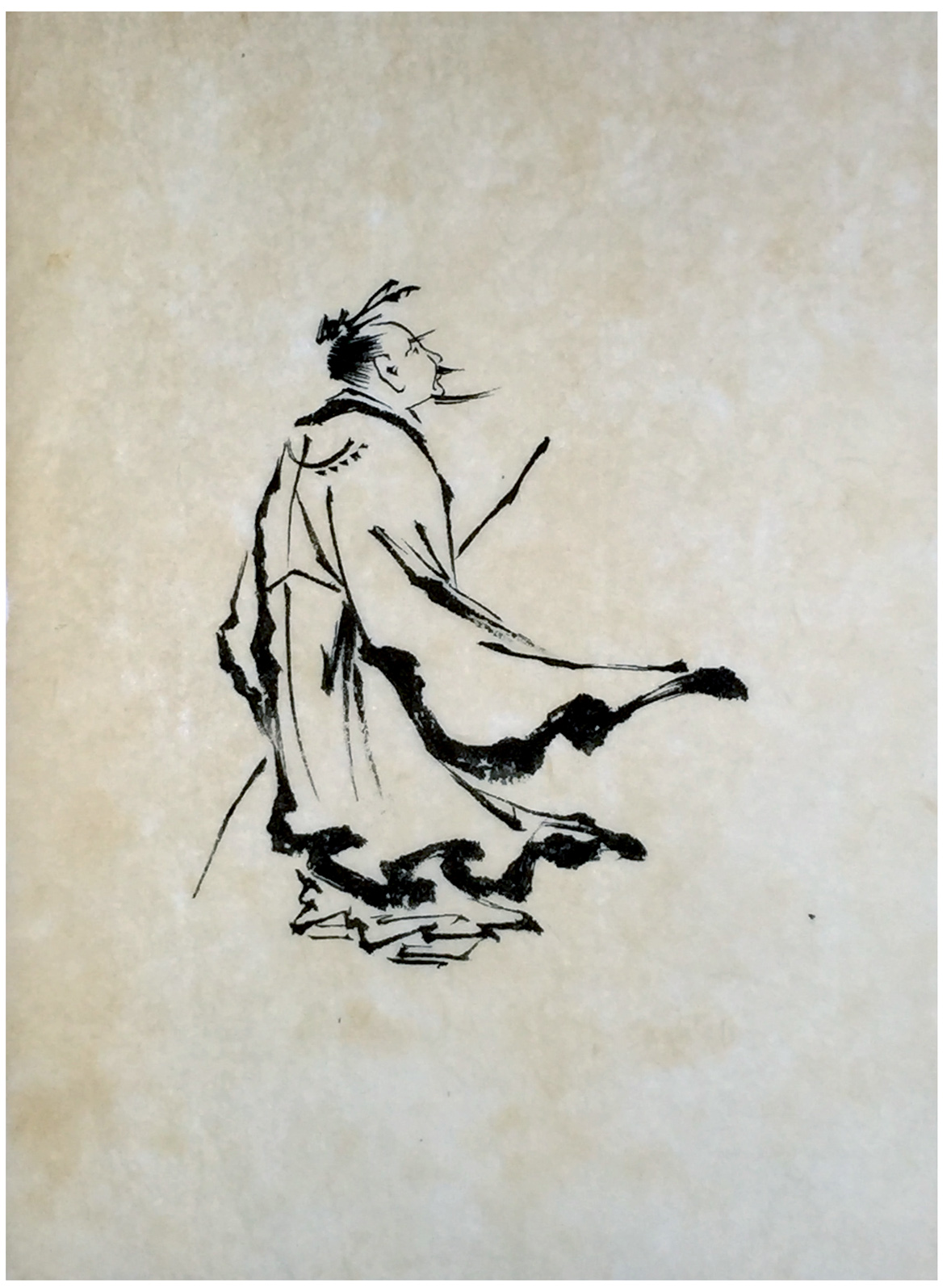 La imagen muestra un dibujo de un hombre visto de espaldas, aunque podemos ver su rostros de perfil. En la mano izquierda lleva una larga caña de bambú, tapada en parte por sus ropajes, que se agitan, del mismo modo que lo hace el lazo de su moño y su barba, agitados por un fuerte viento. Pulse para ampliar