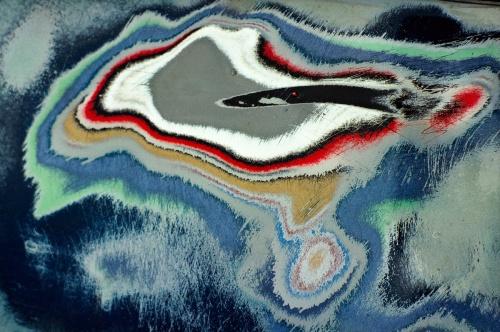La imagen muestra una composición formada por círculos deformados concéntricos de varios colores, producto de haber hecho la fotografía de la abolladura desde muy cerca- Pulse para ampliar.