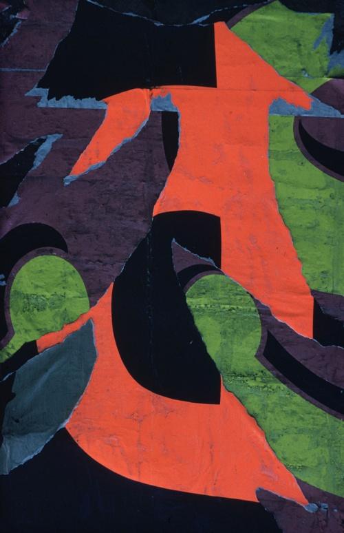 La imagen muestra una composición de colores muy vivos: negro, violeta, verde y rojo que son producto de haber fotografiado muy cerca un cartel medio arrancado de la pared. Pulse para ampliar.